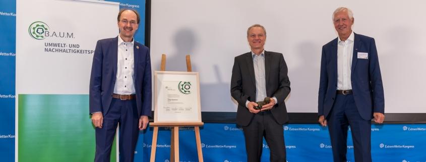 Lothar Hartmann (Mitte) erhielt den B.A.U.M. Umweltpreis
