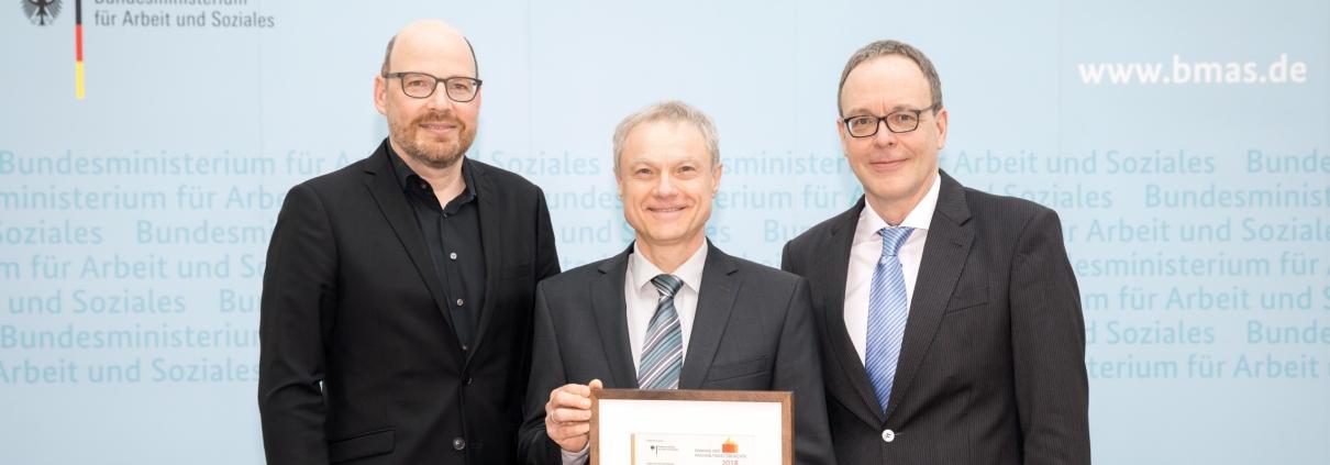 Das Ranking der Nachhaltigkeitsberichte wird seit 25 Jahren vom Institut für ökologische Wirtschaftsforschung (IÖW) und von der Unternehmensinitiative Future durchgeführt (v.l.n.r.): Thomas Korbun (IÖW), Lothar Hartmann (memo AG) und Udo Westermann (Future). (Quelle: Gordon Welters/IÖW)