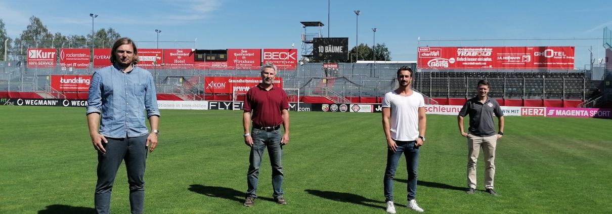 Verlängerten die Partnerschaft zwischen den Würzburger Kickers und der memo AG (von links nach rechts)